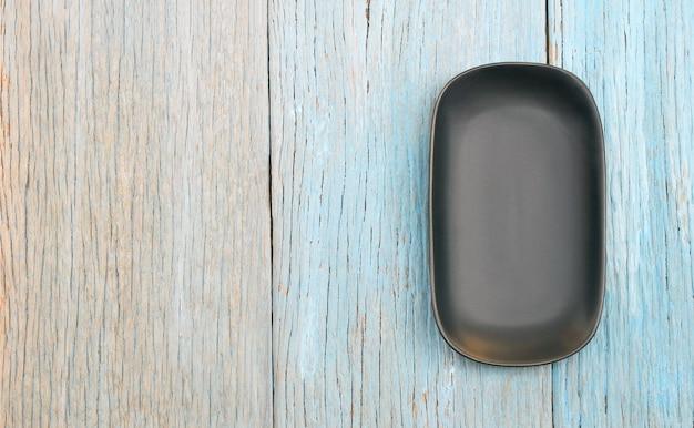 Placa preta no fundo da mesa de madeira