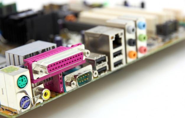 Placa principal do computador com muitos componentes eletrônicos