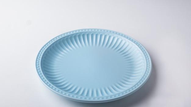 Placa redonda azul na superfície branca. espaço de texto