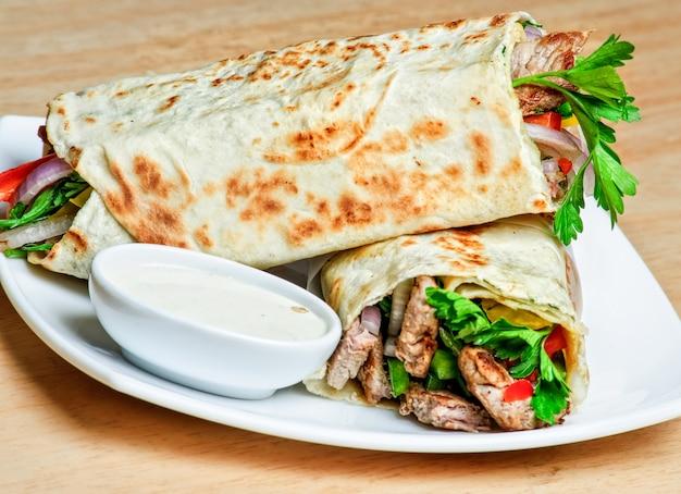 Placa shawarma tradicional oriental com molho.