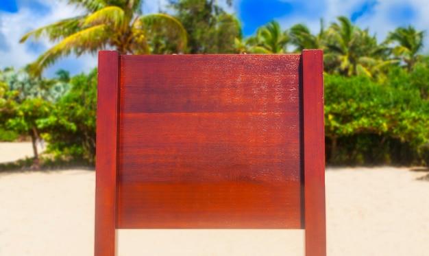 Placa sob a palmeira. publicidade de férias, anúncio de férias. lugar para o seu signo