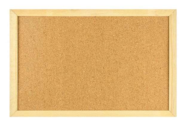 Placa vazia da cortiça no quadro de madeira isolado no fundo branco.