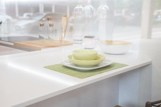 Placa vazia no fundo da mesa de cozinha. vista da cozinha