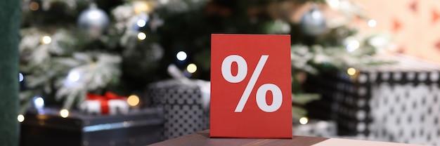 Placa vermelha com sinal de porcentagem de vendas de natal