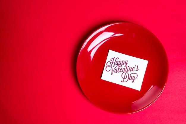Placa vermelha com um cartão