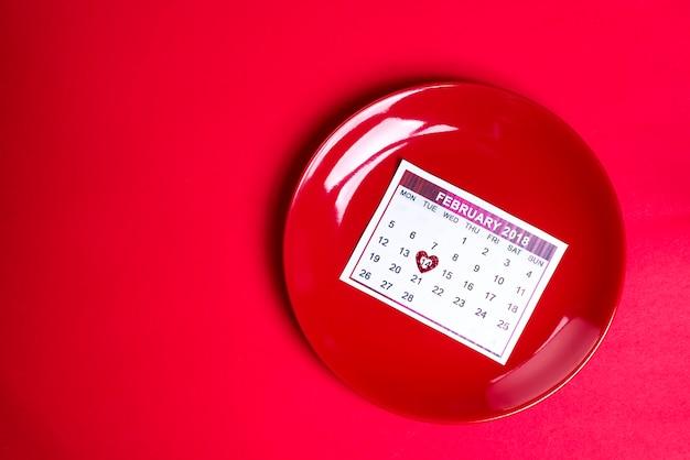 Placa vermelha com um pedaço de calendário