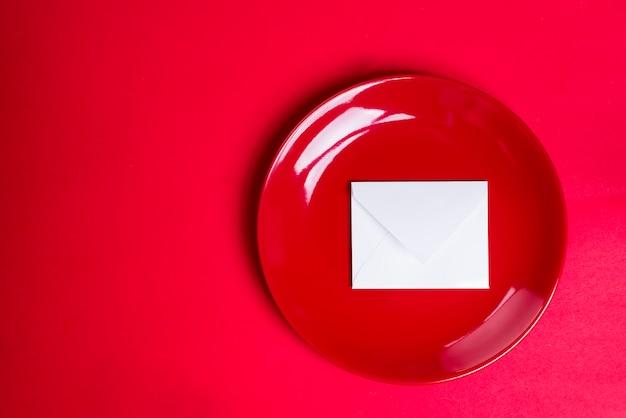 Placa vermelha com um pedaço de papel branco