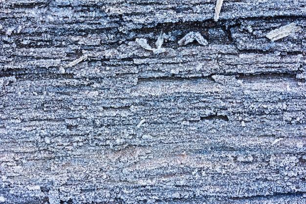 Placas de carvalho velhas de textura cobertas com fundo de gelo de geada