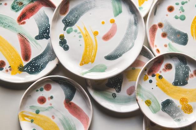 Placas de cerâmica pintadas à mão. coleção de cerâmica colorida em fundo branco
