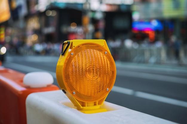 Placas de construção laranja e luzes piscando