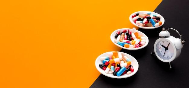 Placas de cópia-espaço com pílulas