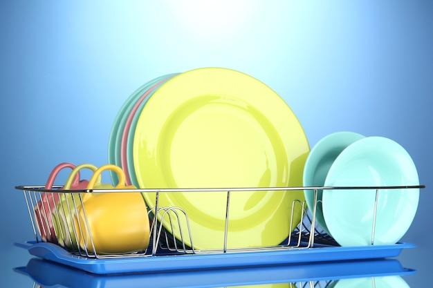 Placas de cores em rack sobre fundo azul