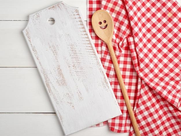 Placas de corte de madeira vazias retangulares e toalha vermelha