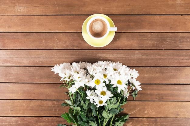 Placas de madeira com copo e flores de café