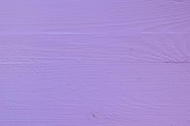 Placas de madeira lilás pintadas brilhantes.