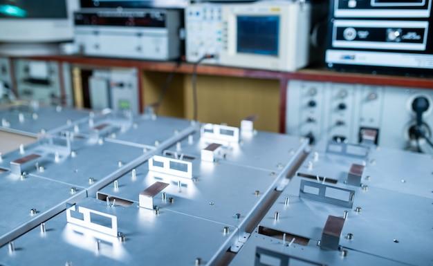 Placas de metal e acessórios ficam na superfície durante a produção de computadores modernos especializados e equipamentos médicos profissionais. conceito de produção de áudio