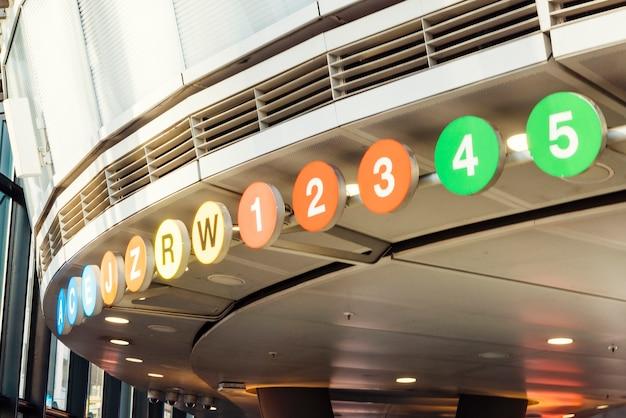 Placas de sinal no centro comercial da cidade