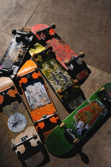 Placas de skate velho arranhado.
