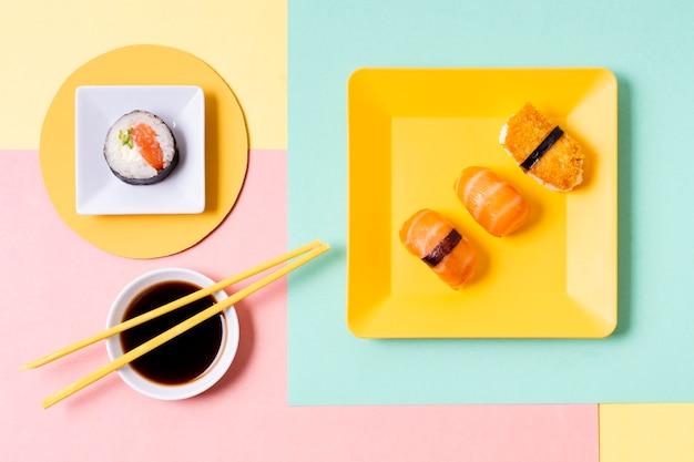 Placas de vista superior com sushi