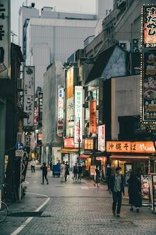 Placas iluminadas na rua com pessoas