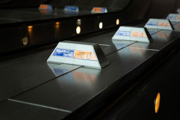 Placas informativas em escadas rolantes