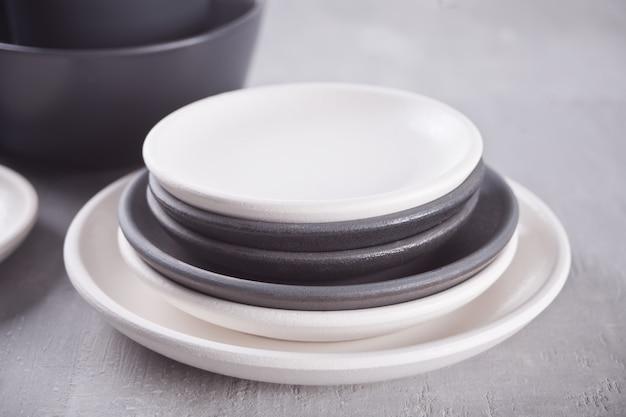 Placas preto e branco vazias sobre a mesa cinza.