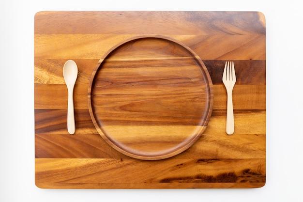 Placas redondas de jamjuree ou madeira de mimosa com cores naturais, polidas e lacadas, colocadas sobre um bloco de corte de madeira de acácia