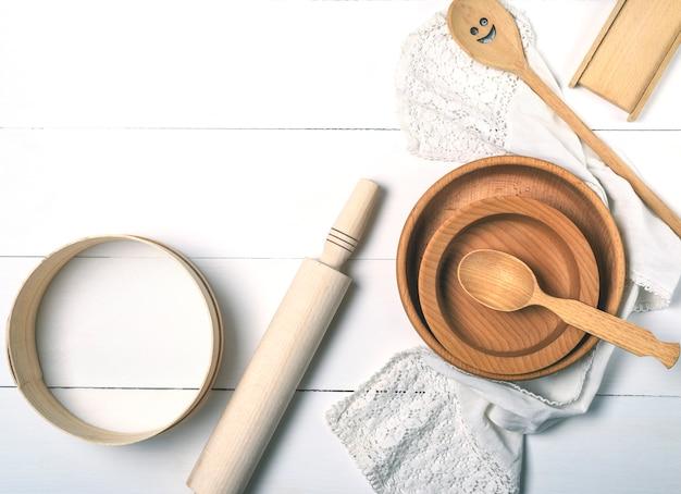 Placas redondas de madeira, peneira e rolo