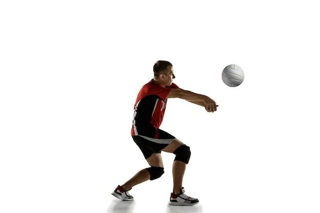 Placticing jovem jogador de voleibol caucasiano isolado no fundo branco.