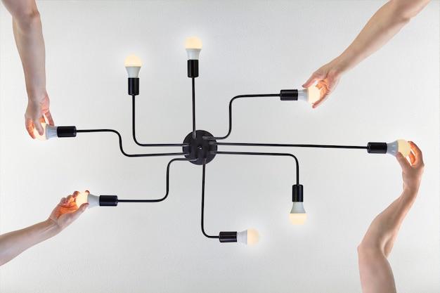 Plafon de alumínio embutido pintado de preto com 8 porta-lâmpadas para lâmpada led.