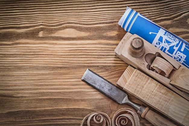 Plaina de planta azul cinzel plana pregos de madeira aparas em tábua de madeira vintage