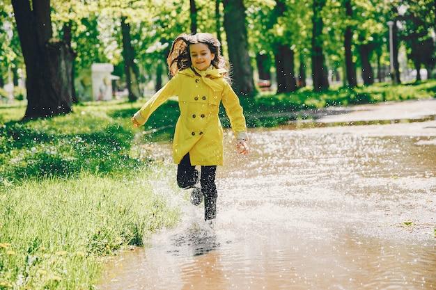 Plaiyng bonito da menina em um dia chuvoso