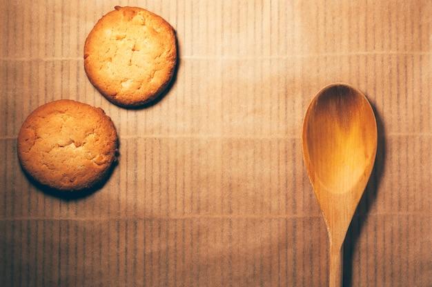 Plana colocar biscoitos redondos e colher de pau, sobre fundo de bambu