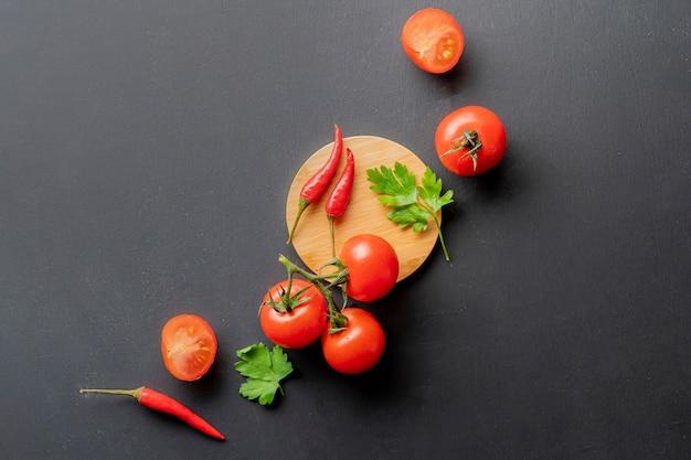 Plana leigos vermelhos frescos orgânicos naturais tomates cereja em cima da mesa, ingredientes da salada vegan