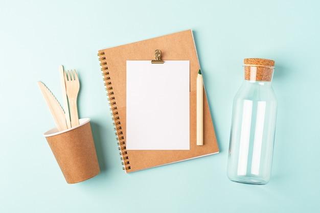 Planejador de área de trabalho. postura plana da mesa de hortelã azul. frasco de vidro com vista superior, xícara de café