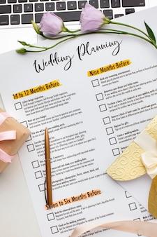Planejador de casamento e flores violetas