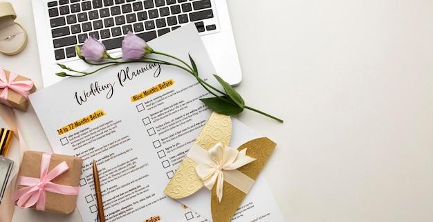 Planejador de casamento moderno e cópia espaço para laptop