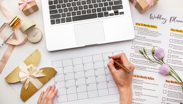 Planejador de casamento moderno e laptop