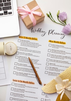 Planejador de casamento moderno e vista superior do laptop