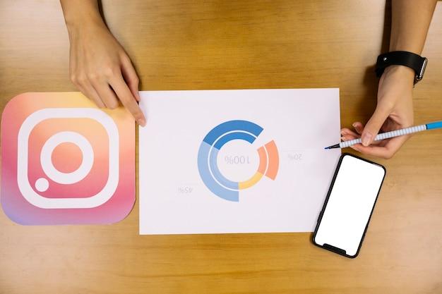 Planejador de mídia social analisando o gráfico de aplicação do instagram