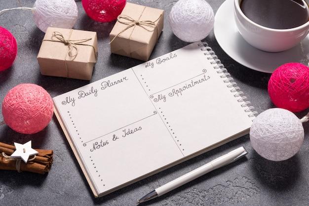 Planejador diário na mesa cinza