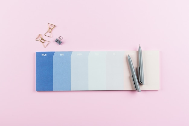 Planejador semanal ou calendário em rosa