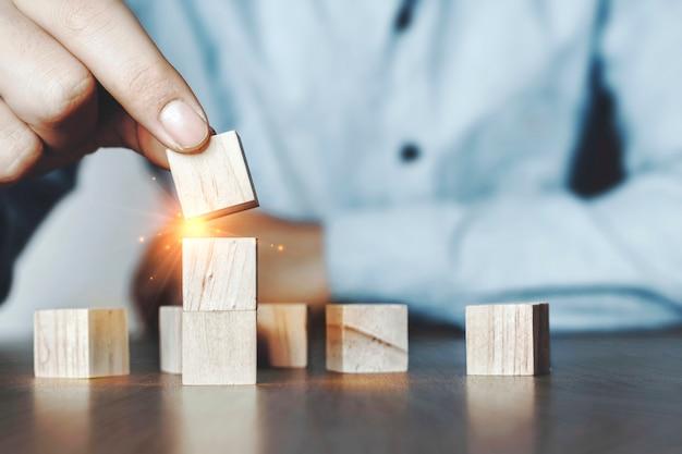 Planejadores com blocos de madeira empilhados com ideias inovadoras
