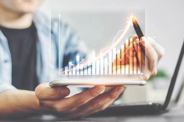 Planejadores com gráficos de negócios de ações em crescimento com exibição de estatísticas