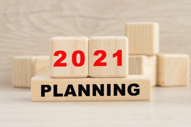 Planejamento 2021 é escrito em cubos de madeira