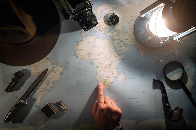 Planejamento de aventura perto de lâmpada de gás plana leigos com espaço de cópia