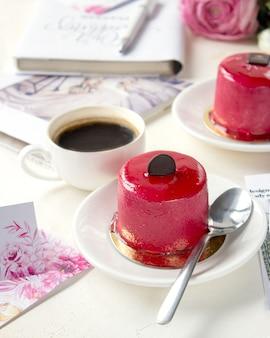 Planejamento de casamento com café e bolo