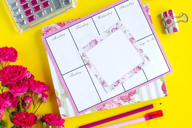Planejamento de coisas importantes, instrumentos de escrita rosa em um fundo colorido. coisas para fazer. vista do topo.