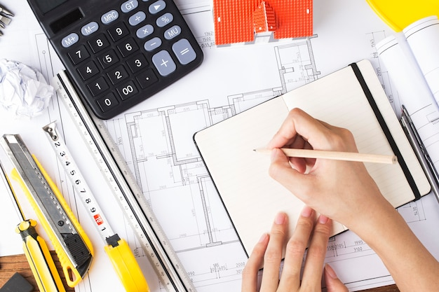 Planejamento de construção com desenhos de construção e acessórios