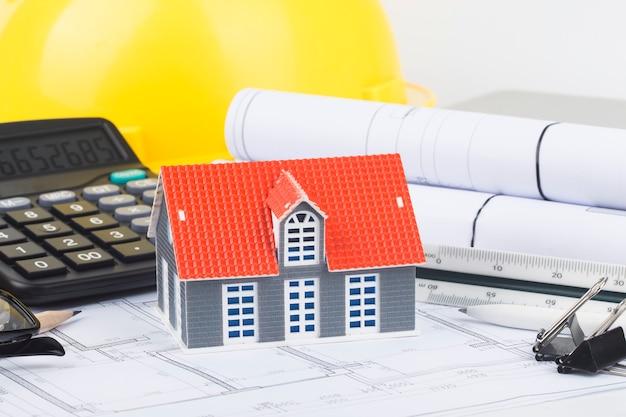 Planejamento de construção com desenhos e acessórios de construção, projetos de construção em papel